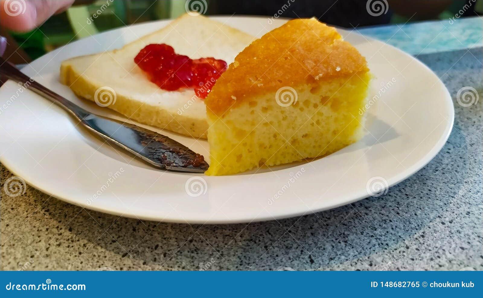 Kaka- och jordgubbedriftstopp p? br?d p? mycket l?cker matr?ttvit