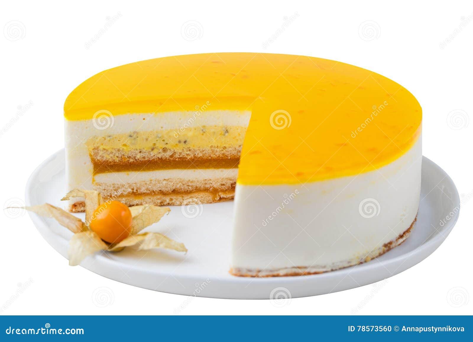 Kakan för passionfrukt, mousseefterrätt isolerade vit