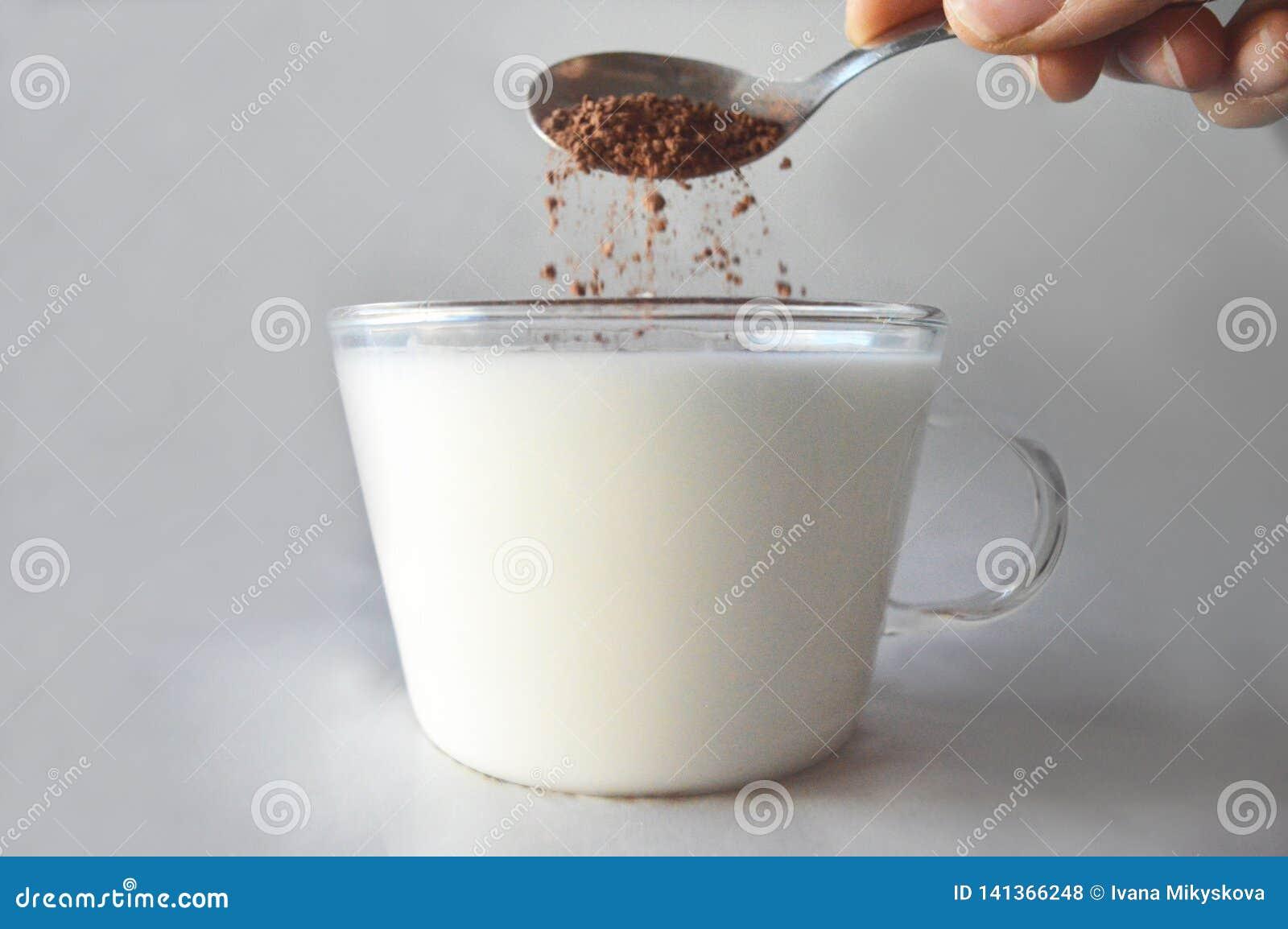 Kakao spada w szkło mleko