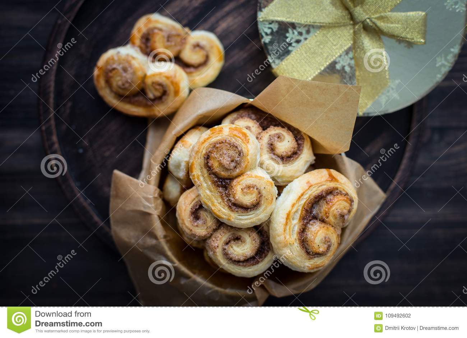 Kakor, krumelurer, kringlor av smördeg med socker och kanel