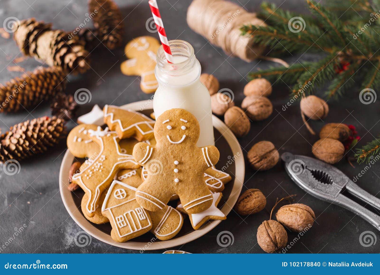 Kakor mjölkar Pepparkakakakor på en grå bakgrund bilder för julkakafind ser mer min portfölj samma serie till