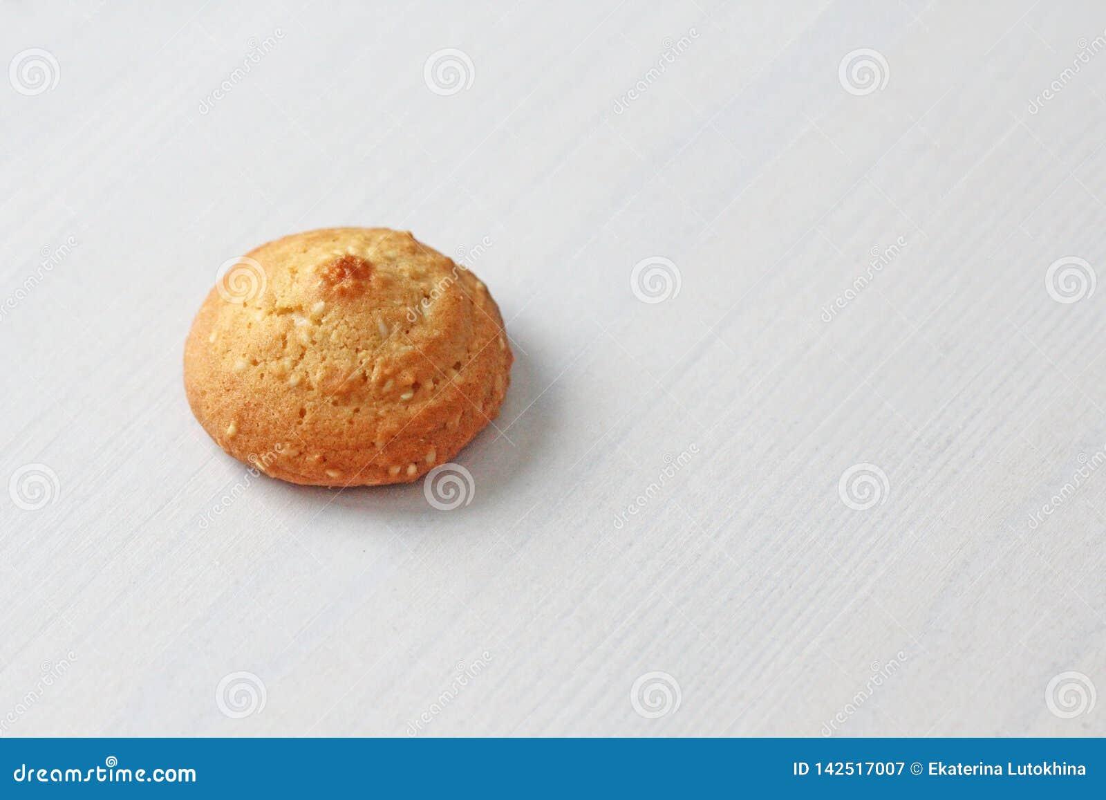 Kakor på en vit bakgrund som är liknande till kvinnliga nipplar Sexiga nipplar i form av kakor Blidka den dubbla betydelsen