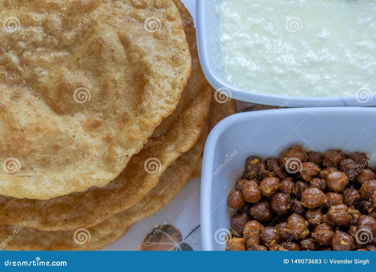 Kala Channa en Gestremde melk met Puri