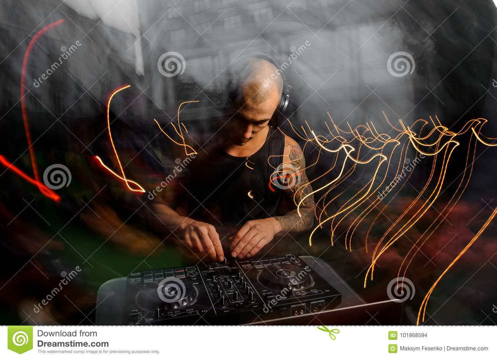 Kale club DJ met de muziek van hoofdtelefoonsmengelingen