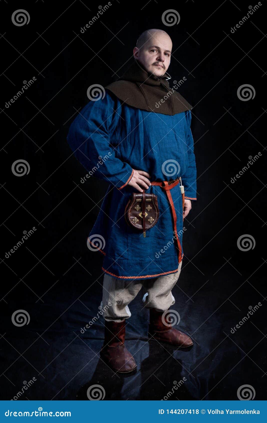Kale mens in vrijetijdskleding en kap van de leeftijd van Viking
