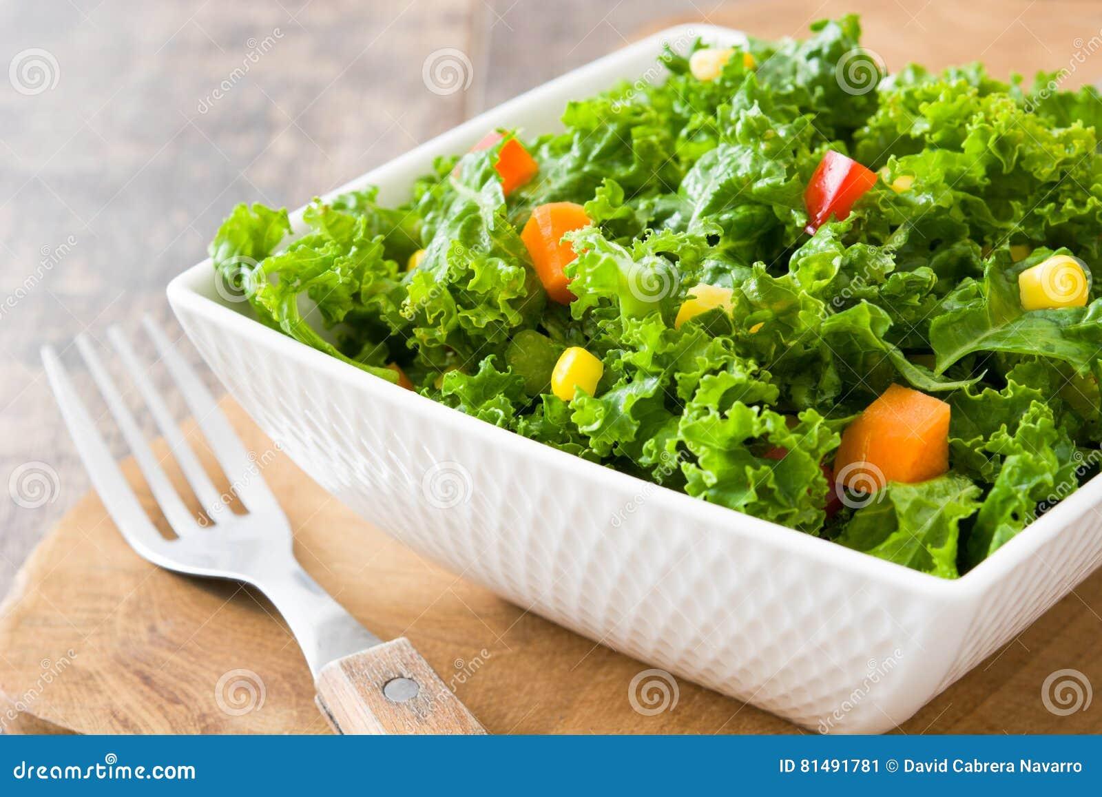 Kale sałatka w pucharze z marchewką, pieprzem i słodką kukurudzą,
