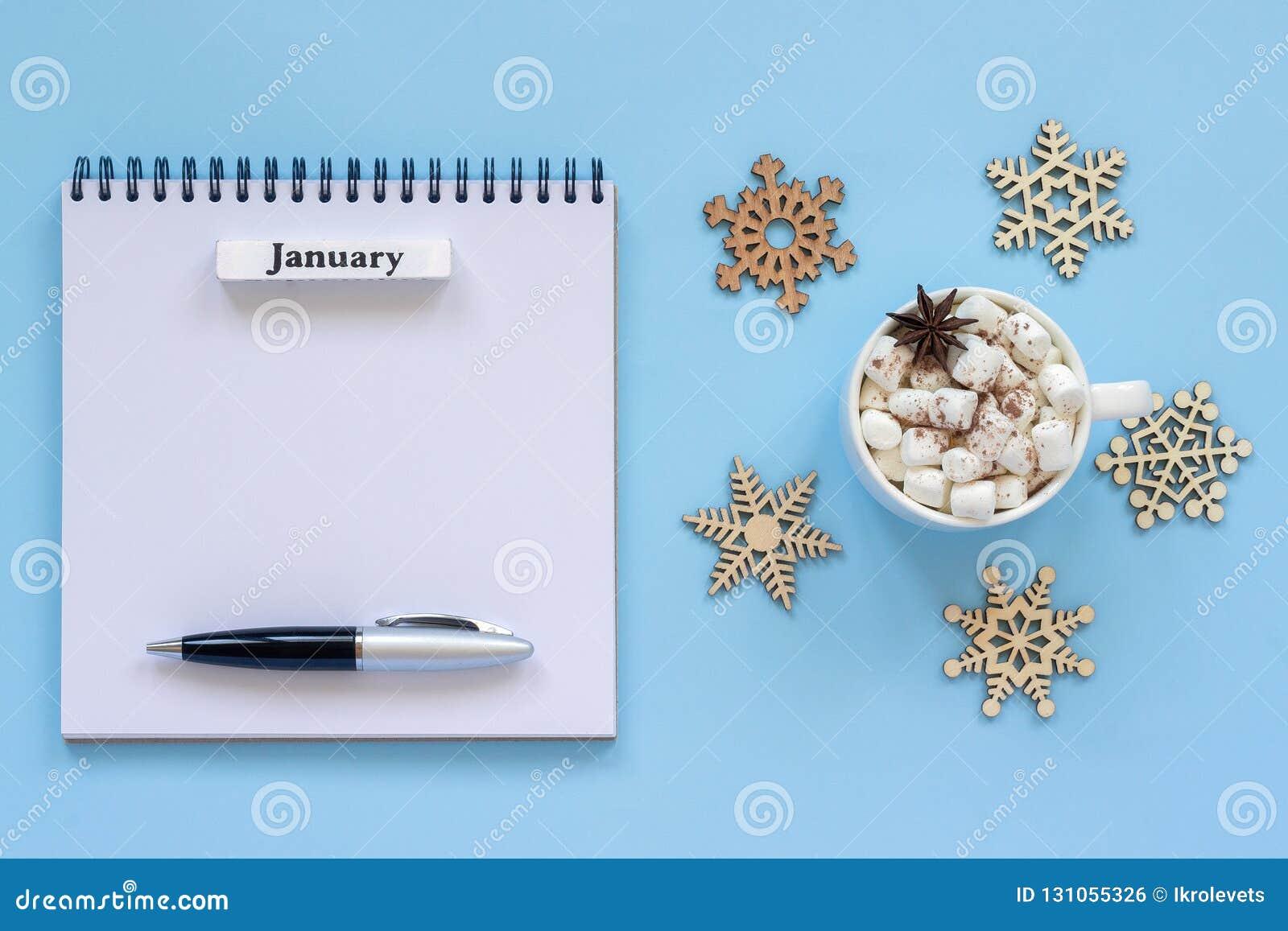 Kalendarzowy Styczeń i filiżanka kakao z marshmallow, opróżniamy otwartego notepad