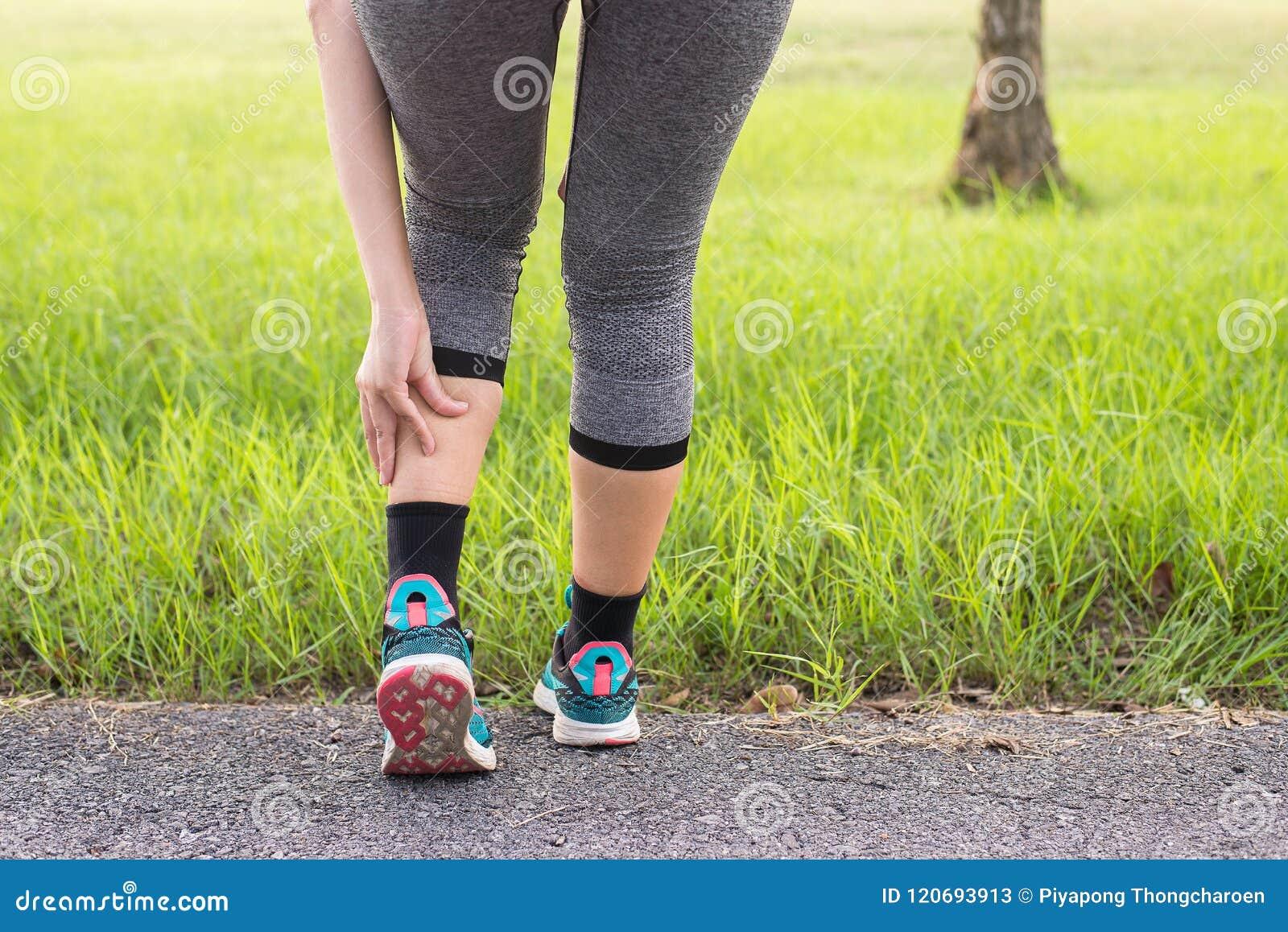 Kalfsspier in pijn met klem, Vrouw aan pijn in beenverwonding lijden na de lopende jogging van de sportoefening en training die