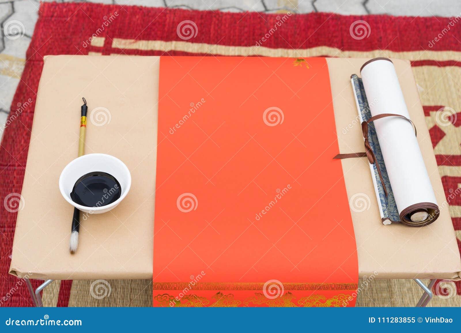 Kaligrafia instrumenty z czerwień papierem, czarny atrament, muśnięcie Kaligrafia jest orientalnym kulturą w Księżycowym nowym ro