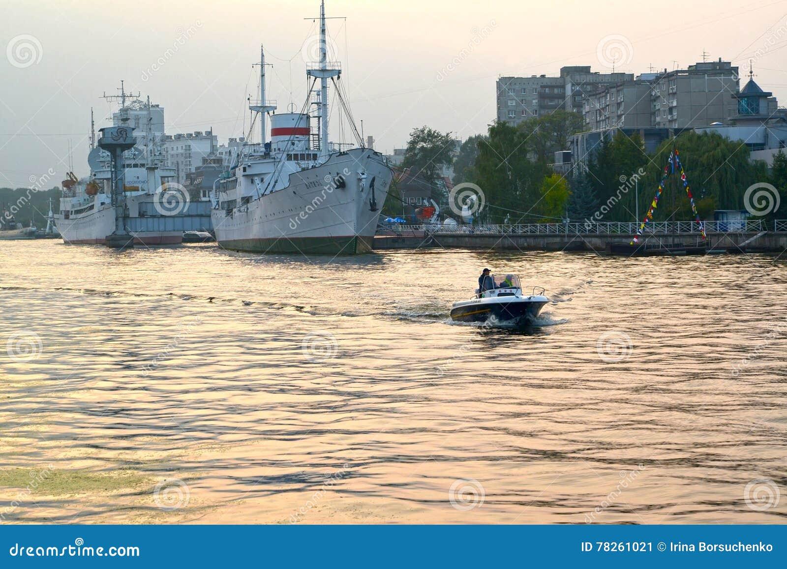 Kaliningrad, Ρωσία Μια άποψη σχετικά με τον ποταμό Pregolya και το ήρωα σκαφών το θερινό βράδυ