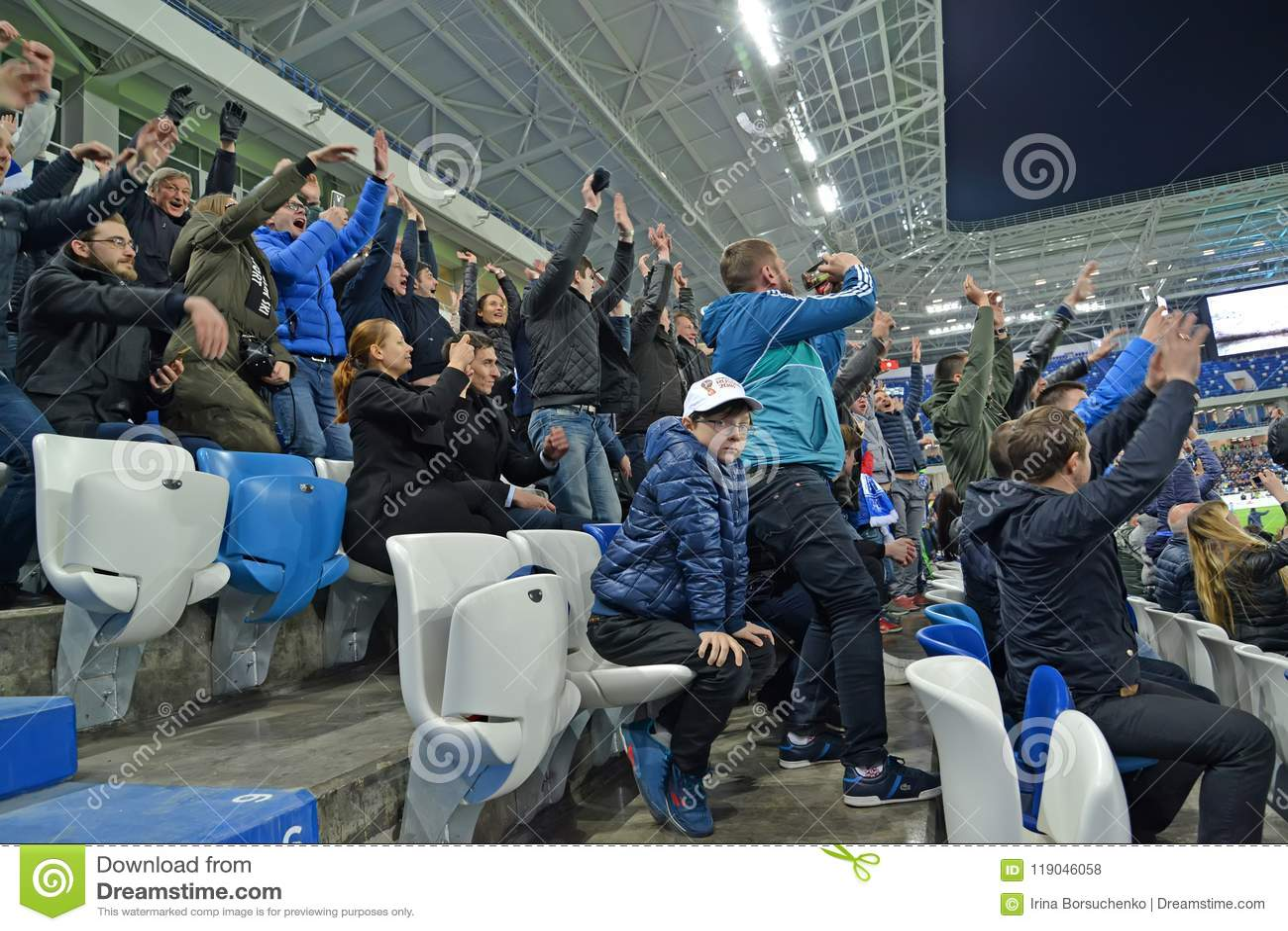 Kaliningrad, Ρωσία Οι οπαδοί ποδοσφαίρου χαίρονται στο σημειωμένο στόχο βαλτικό στάδιο χώρων