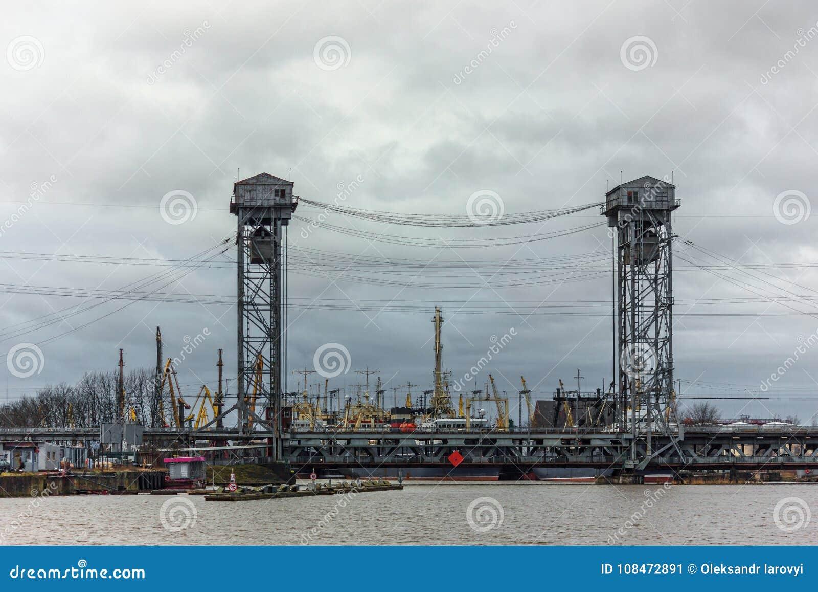 Kaliningrad, federacja rosyjska - Styczeń 4, 2018: pozioma udźwigu most nad Pregolya rzeką