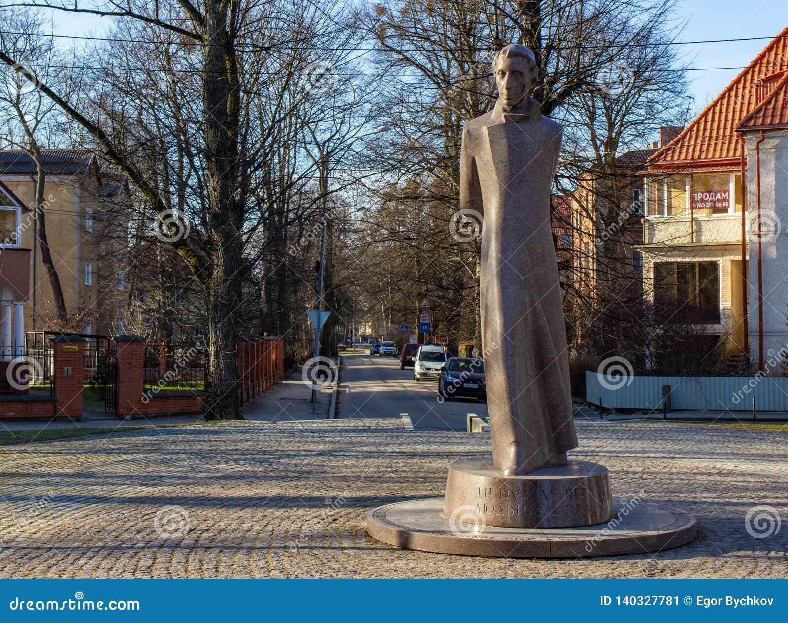 Kaliningrad, Rússia - 24 de fevereiro de 2019: Monumento de pedra de Liudvikas Reza no parque da cidade