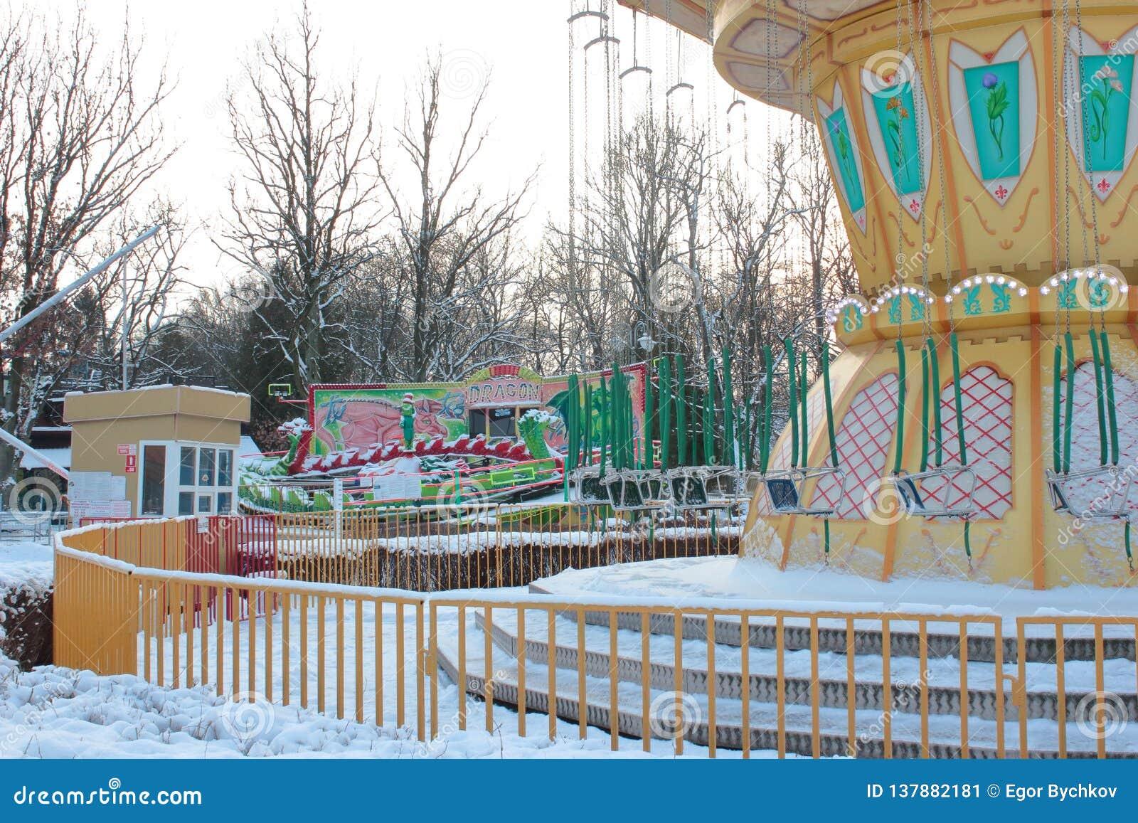 Kaliningrad, Rússia - em janeiro de 2019: Parque de diversões vazio no dia de inverno