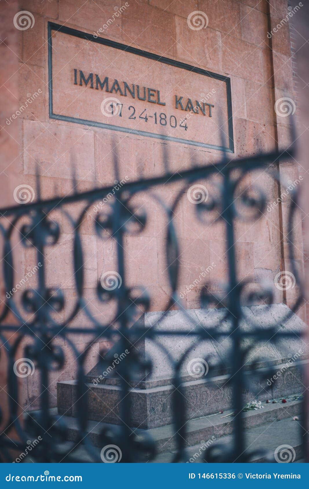 Kaliningrad, Rosja federacja - Maj 5 2018: Immanuel Kant grób na zewnątrz ogrodzenia w Kaliningrad