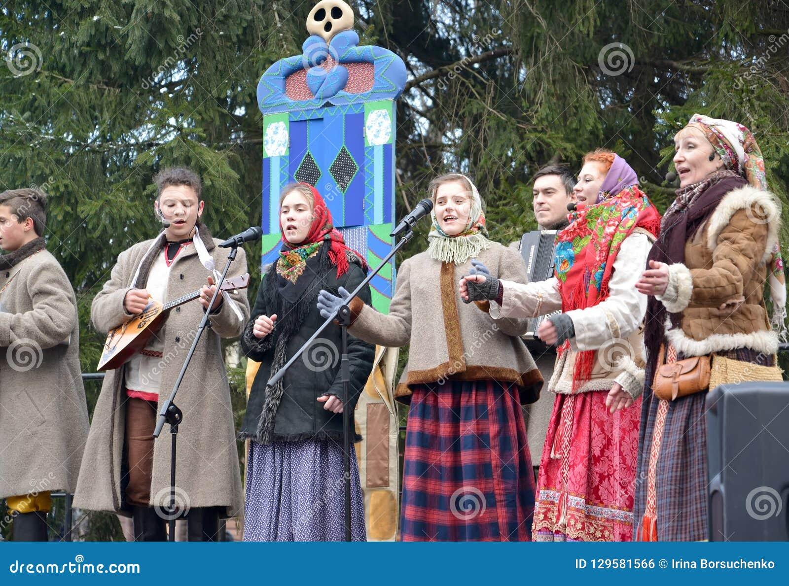 Kaliningrad, Rusland De uitvoerders van amateurensemble spreken in het park bij de viering van Maslenitsa