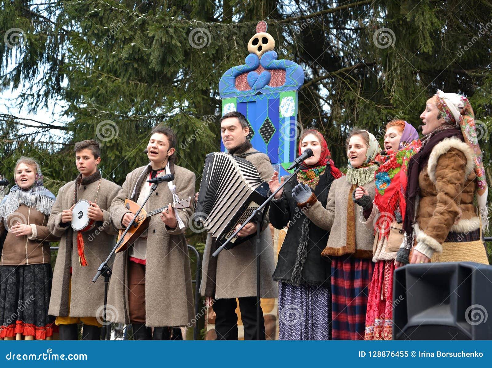 Kaliningrad, Rusland De uitvoerders van folkloreensemble spreken in het park bij de viering van Maslenitsa