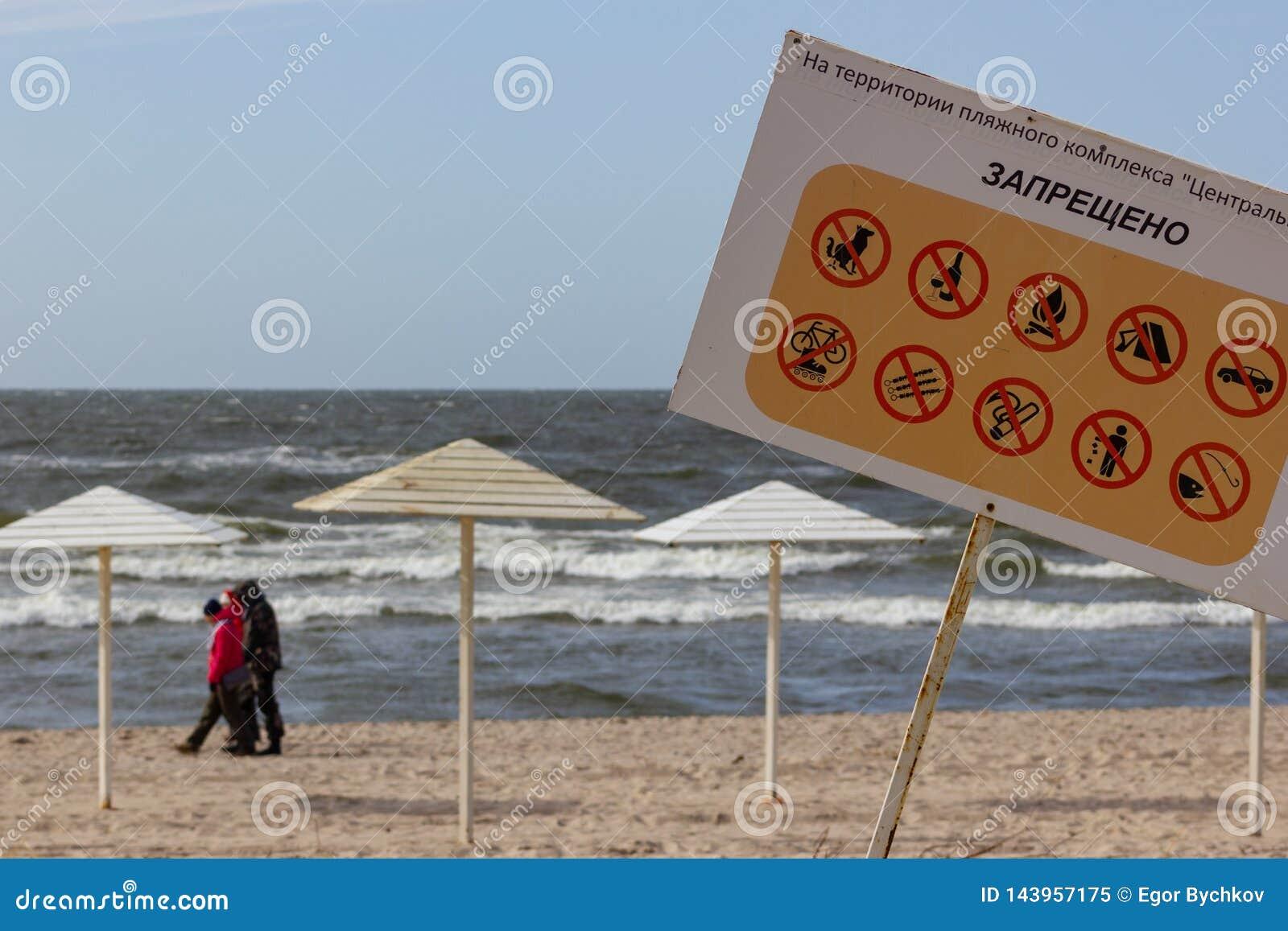Kaliningrad, Rusland - Maart 31, 2019: Informatieteken bij het Oostzeestrand Geen honden, alcohol, brand, het roken, visserij