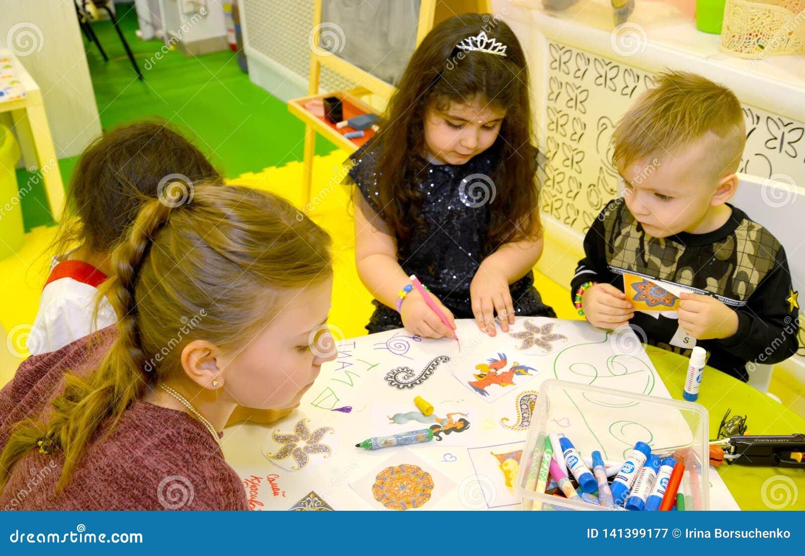 Kaliningrad, Russia I bambini dipingono il manifesto Una festa nel club del ` s dei bambini