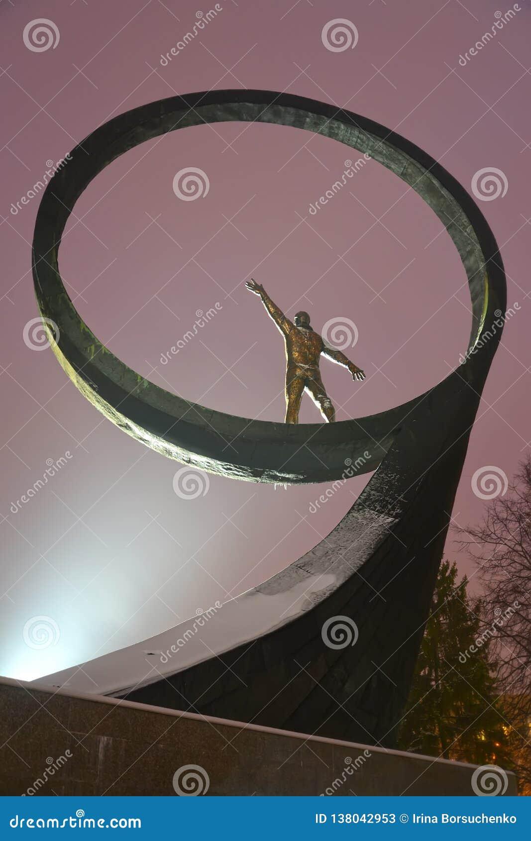 """Kaliningrad, Russia Un frammento di un monumento """"agli astronauti dei compatrioti alla luce di un proiettore"""