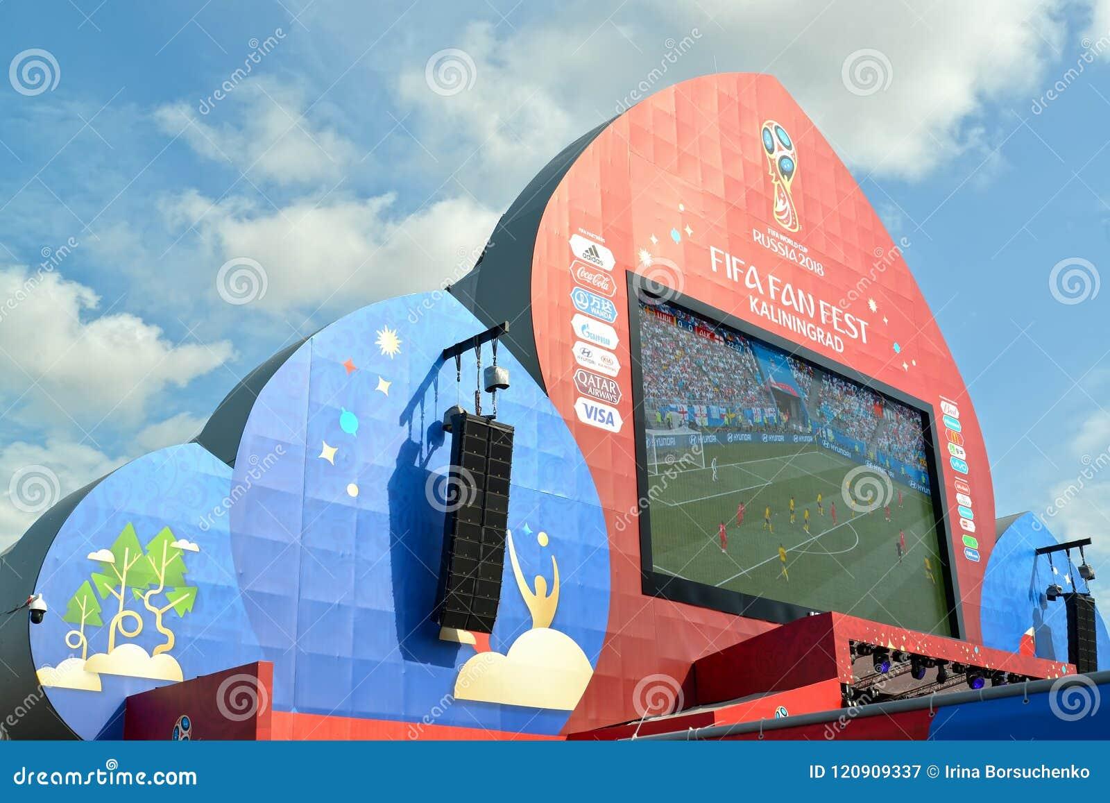 Kaliningrad, Russie L écran avec l oof d émission un match de football sur la zone de fan La coupe du monde de la FIFA en Russie