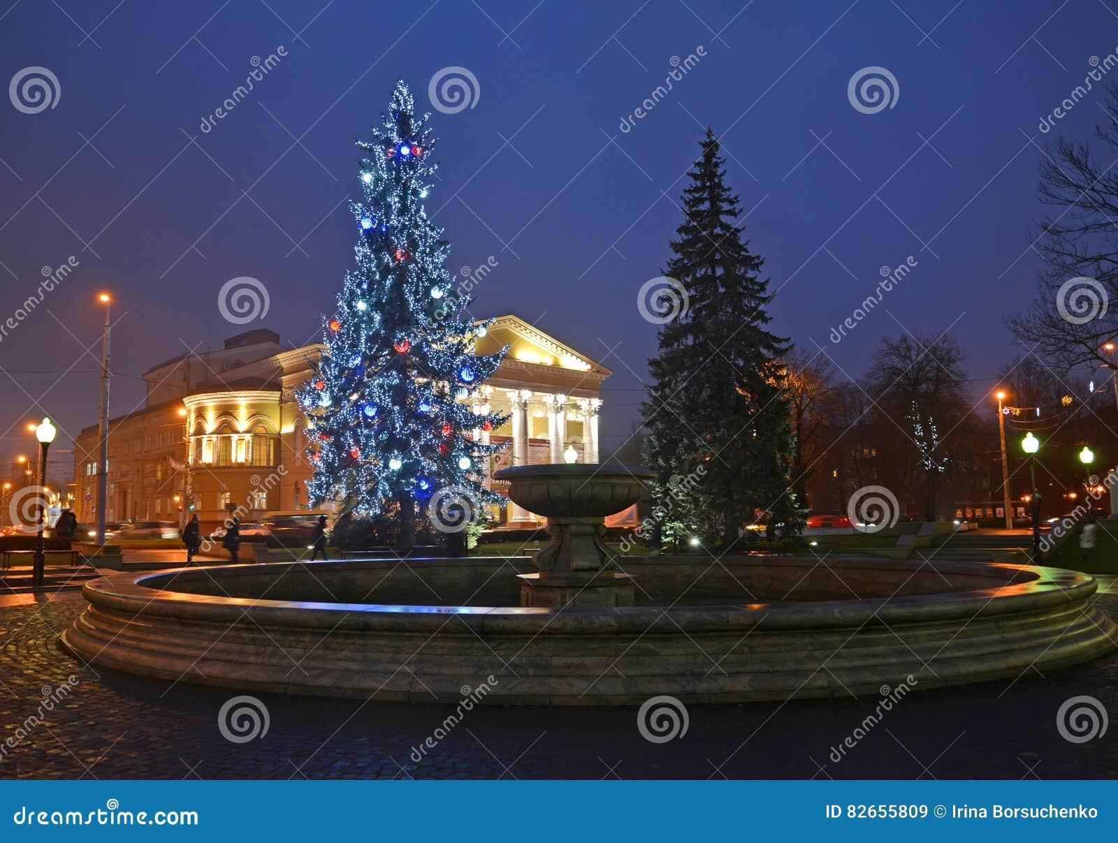 Kaliningrad, Russie La place avec un arbre de nouvelle année avant le bâtiment du théâtre régional de drame