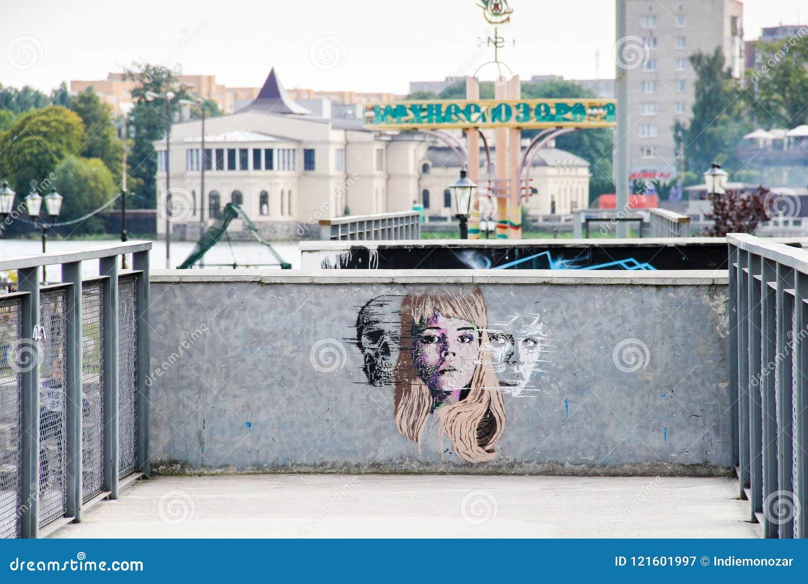 Kaliningrad, RUSSIE - 14 septembre 2015 : Art de rue par l artiste non identifié Face d une femme, de l homme et d un crâne