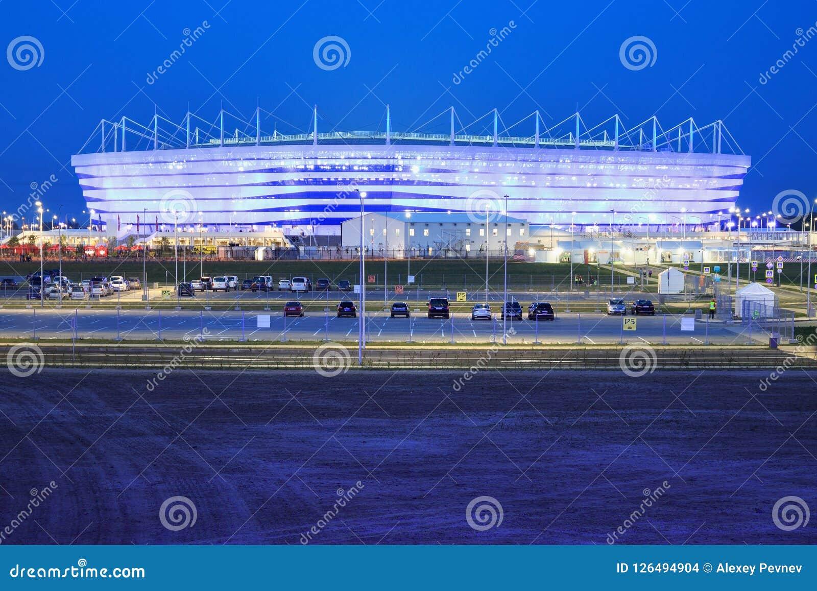 KALININGRAD, RUSSLAND - 16. JUNI 2018: Nachtansicht des modernen Kaliningrad-Fußballstadions rief auch Arena Baltika an