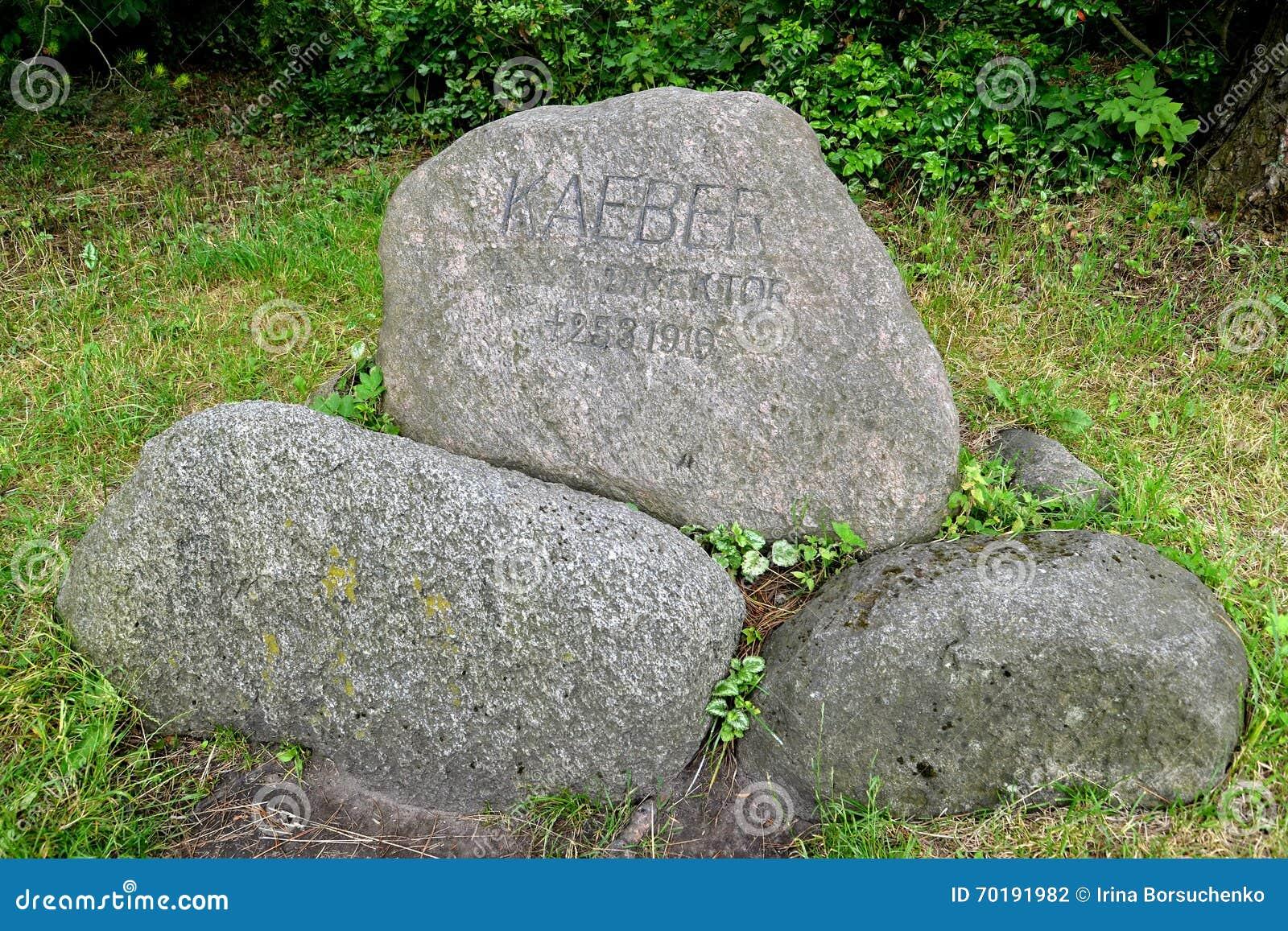 Kaliningrad Ryssland En minnesvärd sten till Paul Keber i en botanisk trädgård