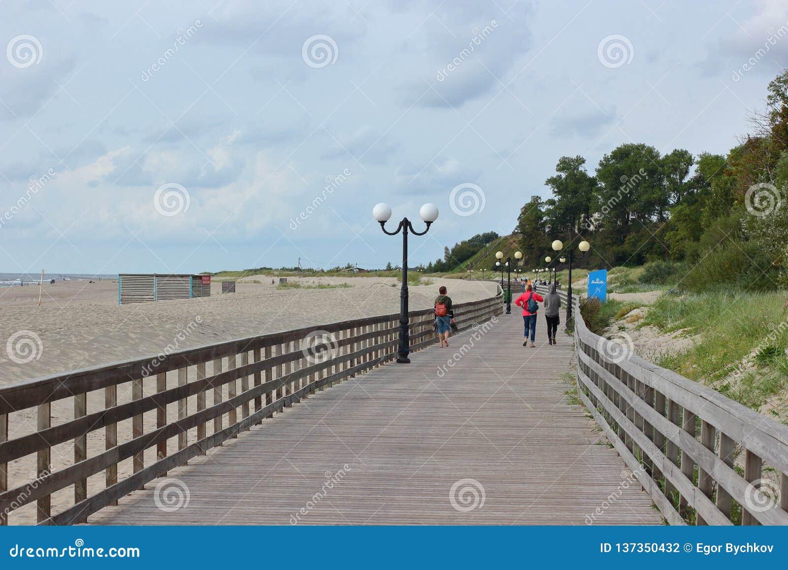 Kaliningrad Ryssland - juli 2018: Turister som går på thträbroadwalk