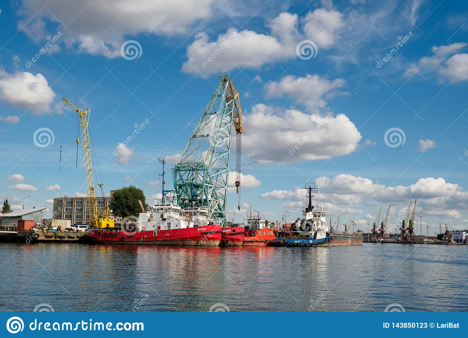 Kaliningrado, Rusia - 10 de septiembre de 2018: Puerto del comercio de Kaliningrado El puerto de una ciudad rusa grande con las g