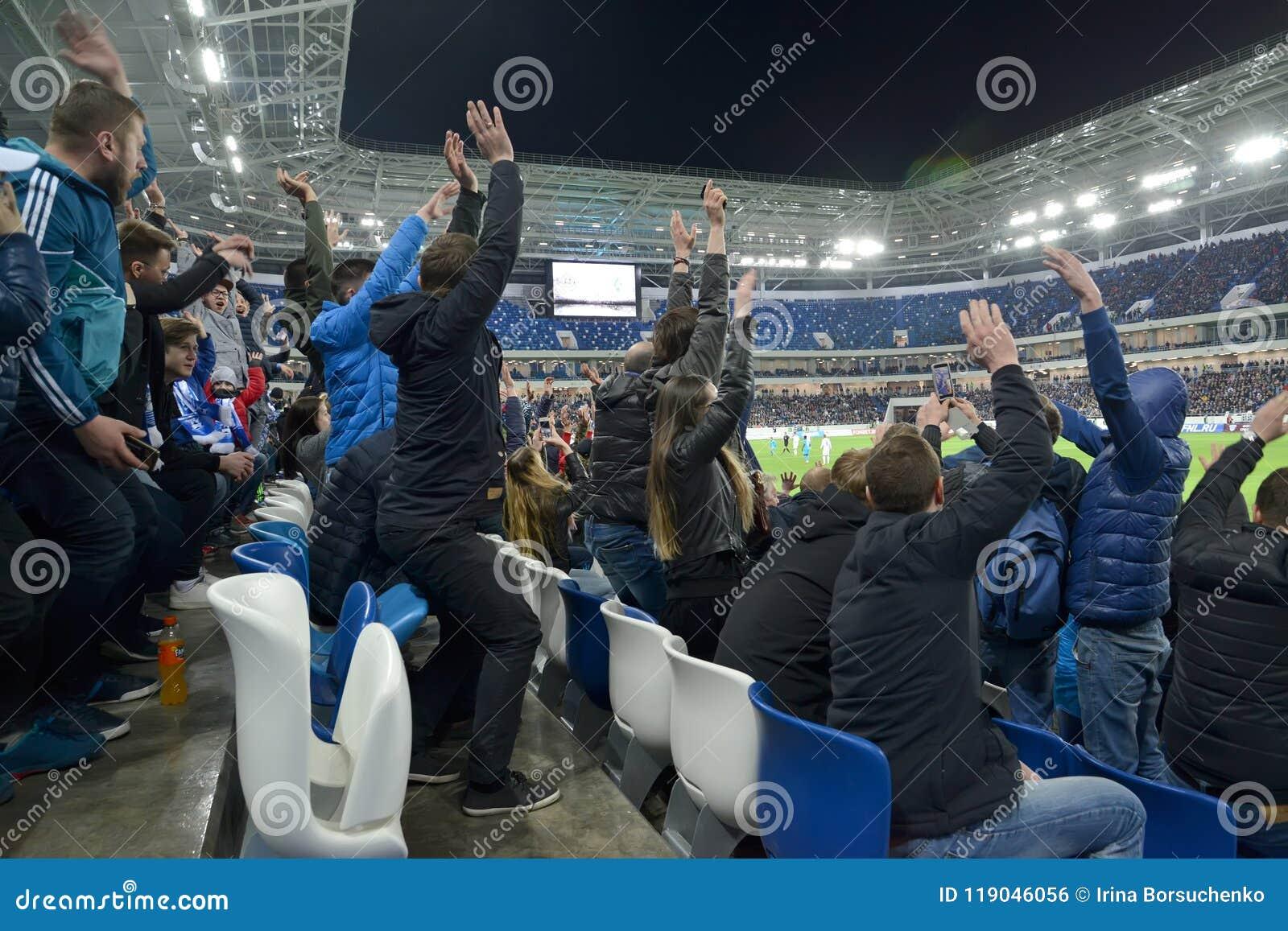Kaliningrado, Rusia La audiencia de un partido de fútbol con las manos que se lanzan para arriba para la alegría Estadio báltico