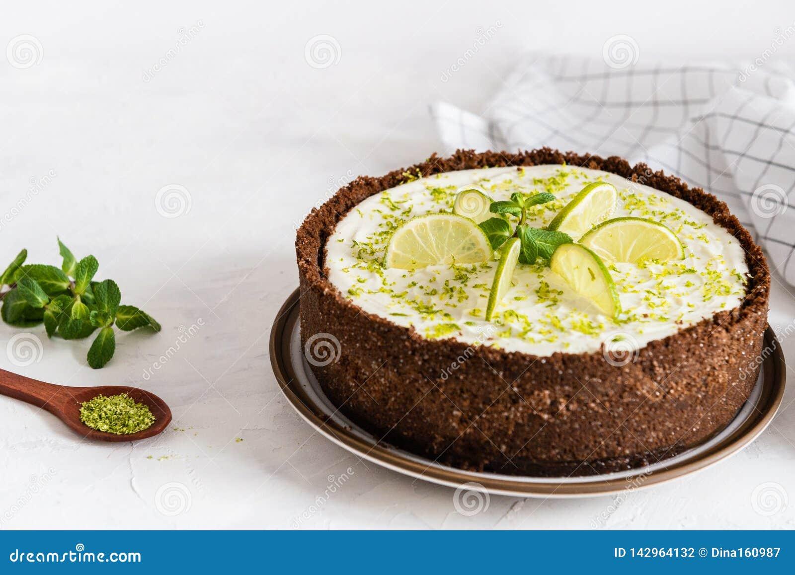 Kalkkäsekuchen mit Pfefferminz Käsekuchen mit Tasse Kaffee auf weißem Hintergrund Weicher Fokus Kaffeehaus, Süßigkeitenkonzept