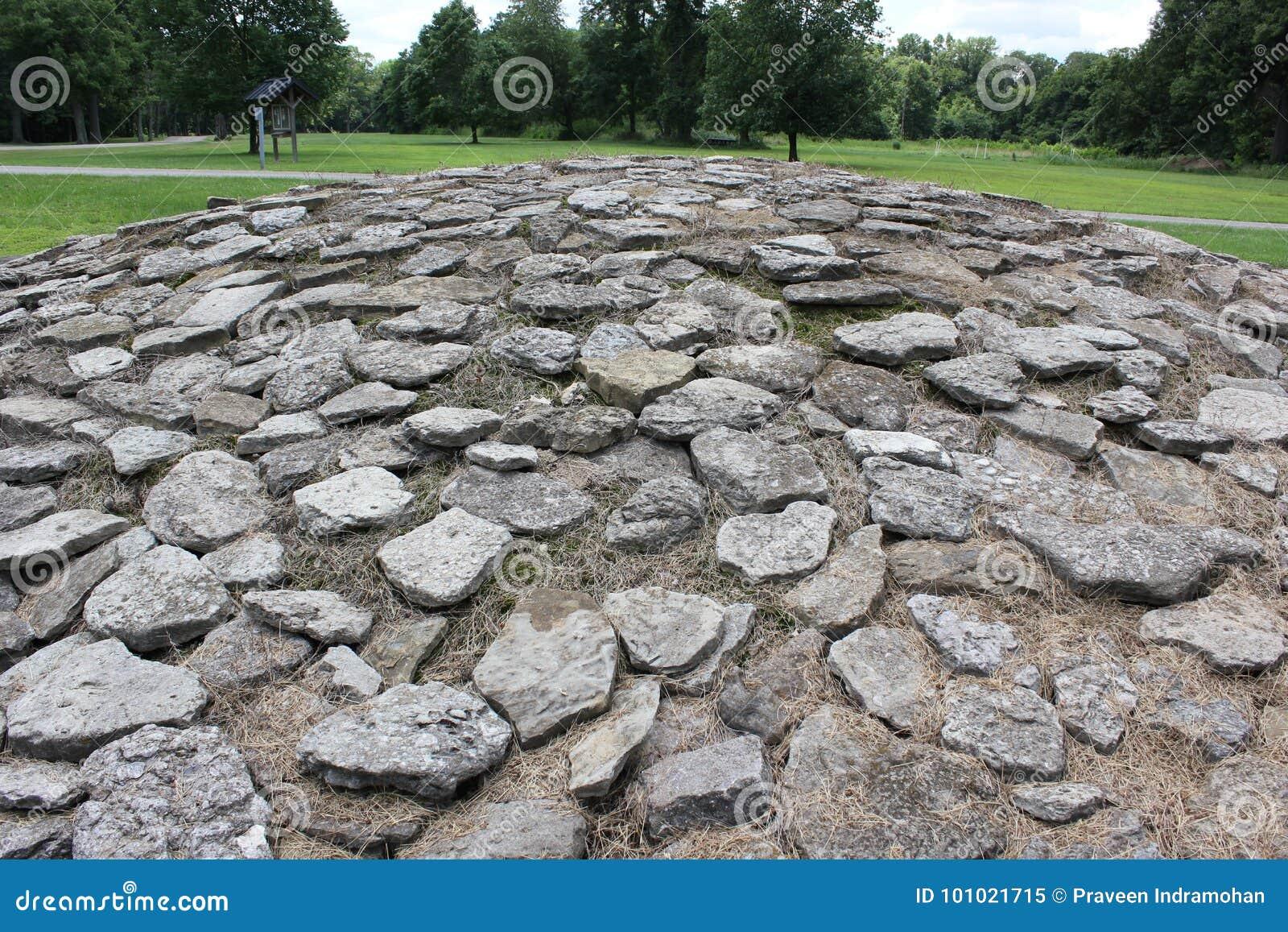 Kalkstenstenkullar på det forntida fortet