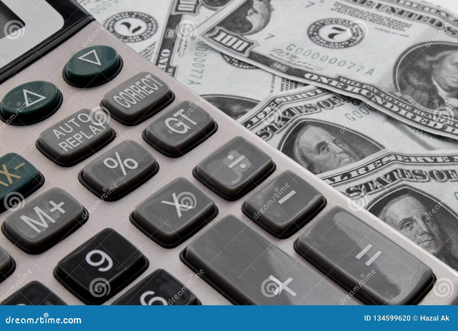 Kalkulator i dolary na biurku