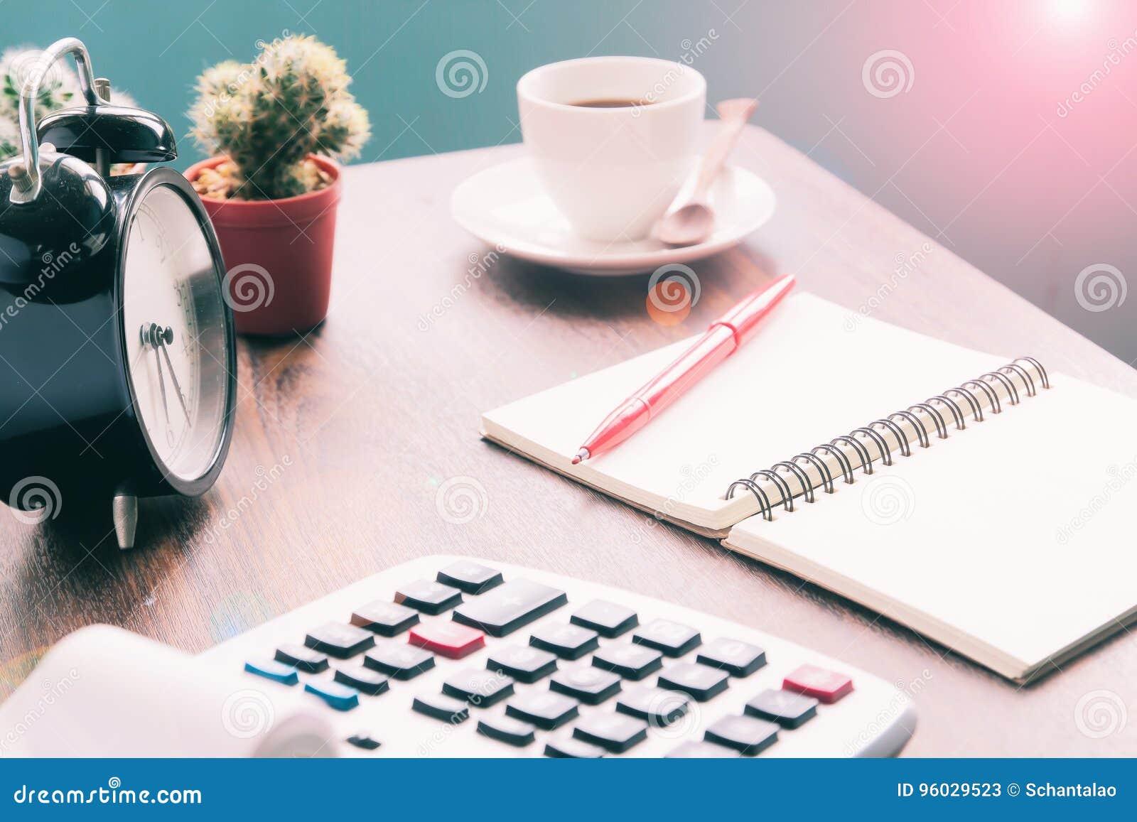 Kalkulator, notatnik, kawa na stole, Rozlicza workspace