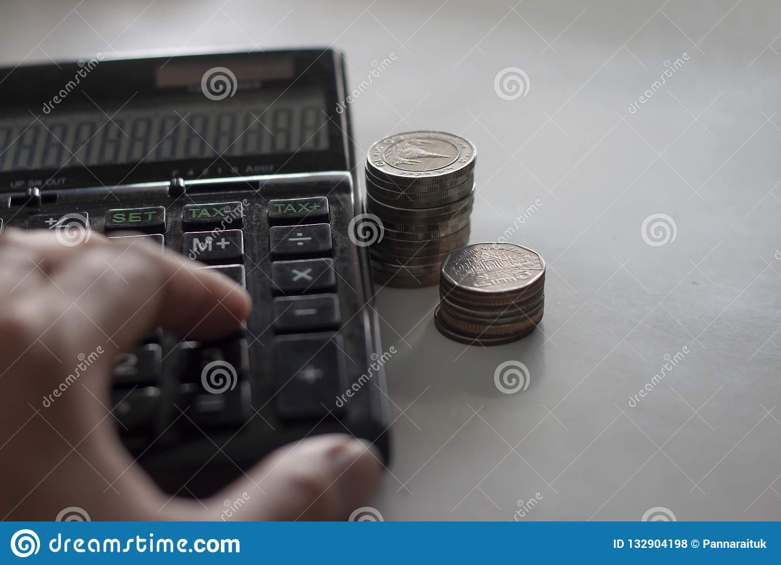 Kalkuluje pieniądze wydatek