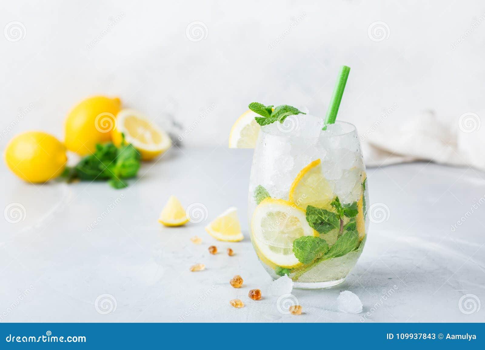 Kall alkoholmojitococtail, dryck för lång drink, lemonad