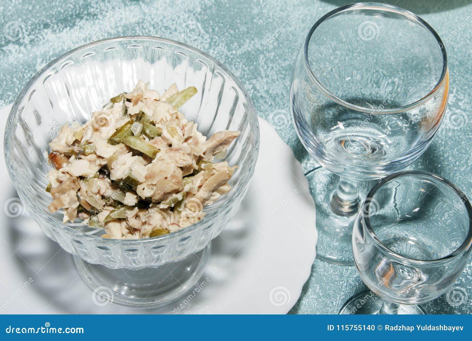 Kall aptitretare av grönsaker och champinjoner Ny sallad i bunke och tomma vinexponeringsglas på tabellen