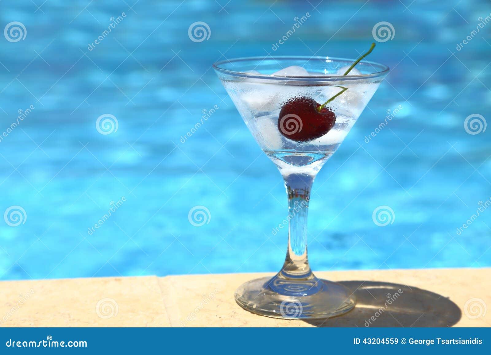 Download Kall coctail med iskuber fotografering för bildbyråer. Bild av semester - 43204559