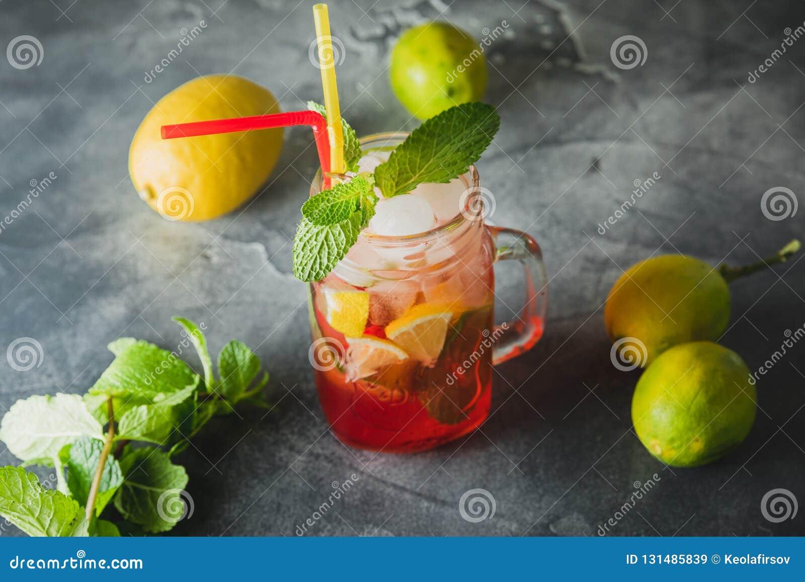 Kall fruktdrink med limefrukt- och mintkaramellsidor Naturliga drinkar