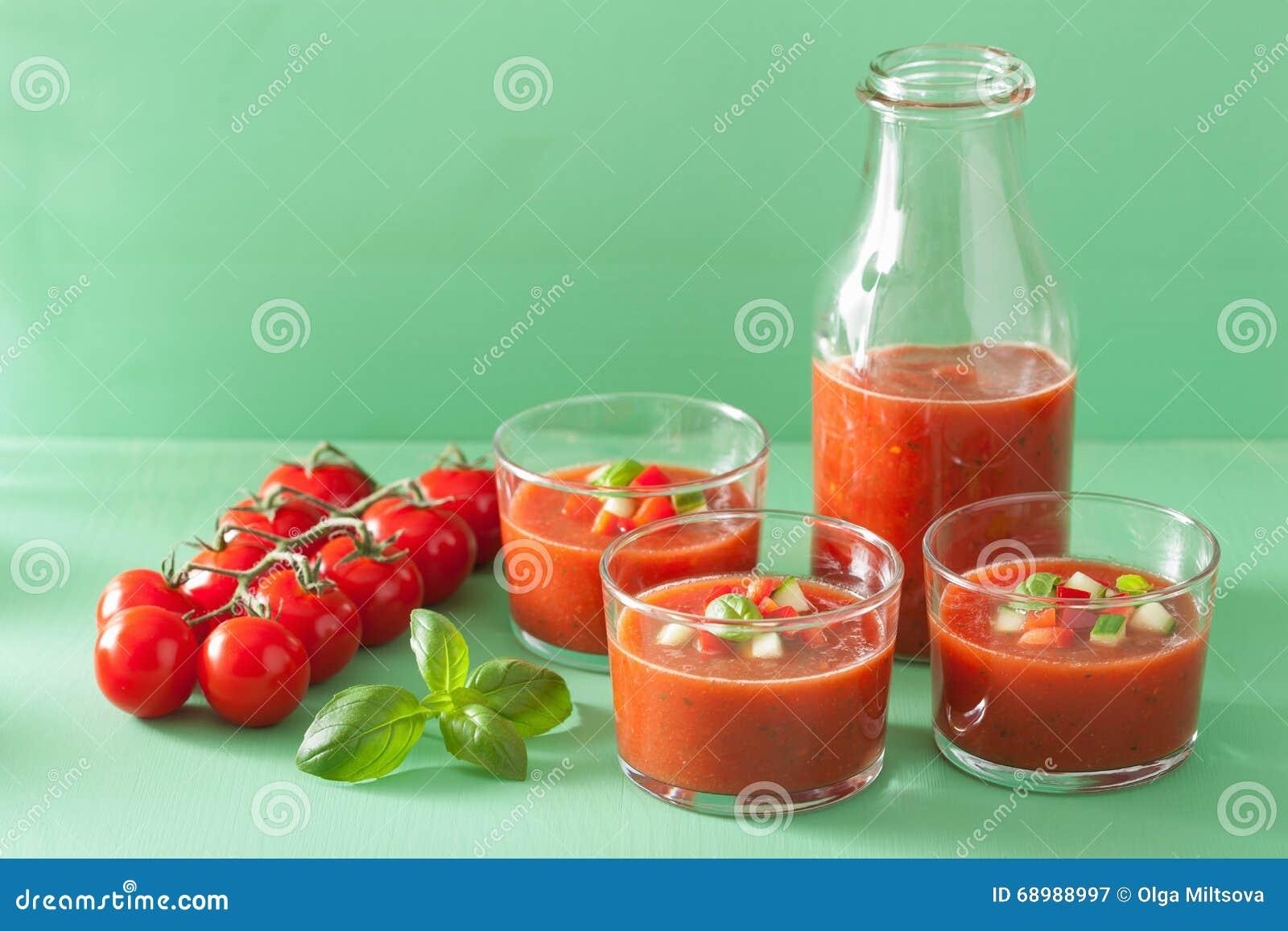 Kall gazpachotomatsoppa i exponeringsglas