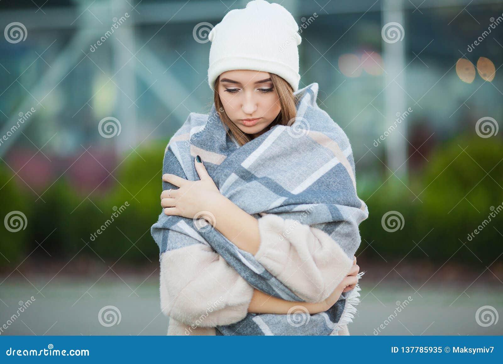 Kall influensa Kvinnan får sjuk och hosta som bär höstkläder
