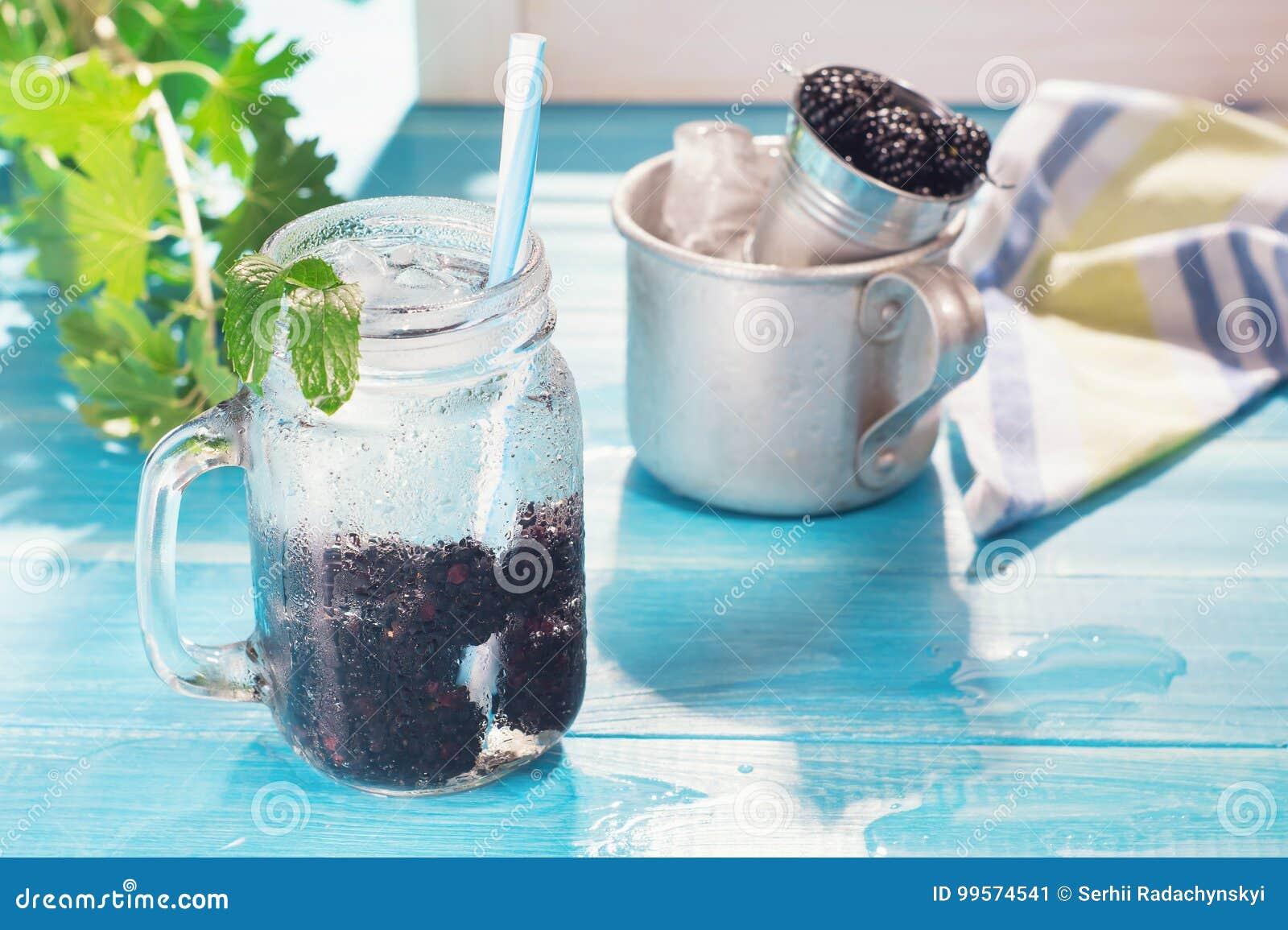 Kall ny lemonad med björnbäret