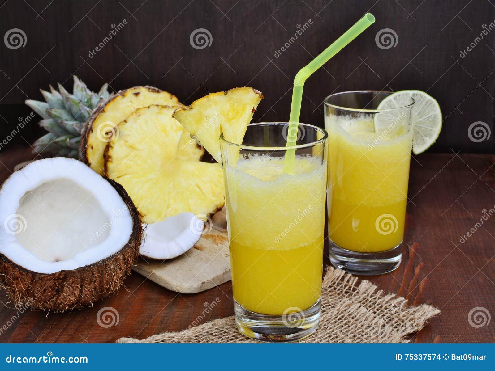 Kall uppfriskande drink för ananaskokosnötmocktail med limefrukt i exponeringsglas