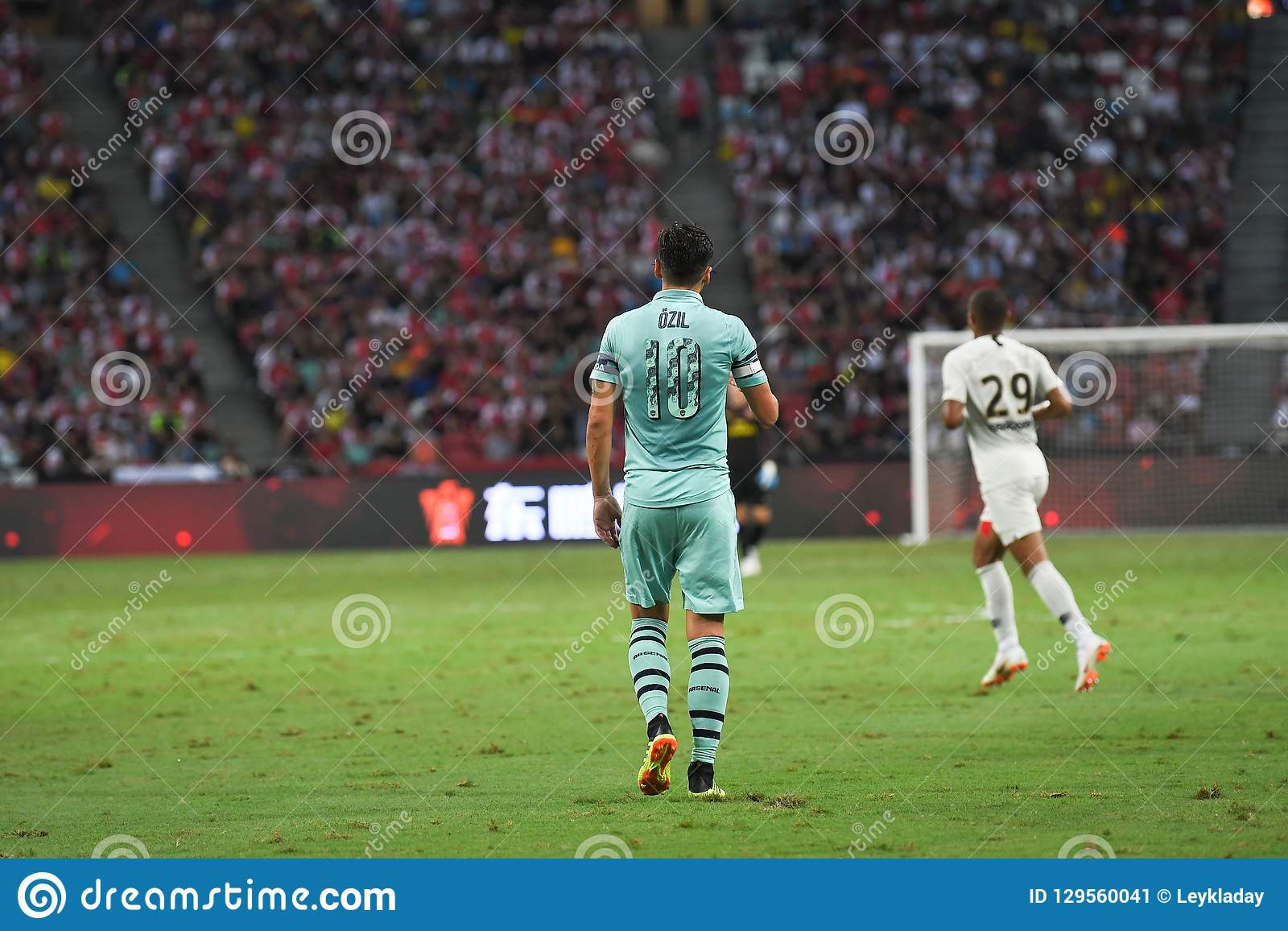 Kallang-Сингапур 28-ое июля 2018: Игрок Mesut Ozil #10 арсенала внутри