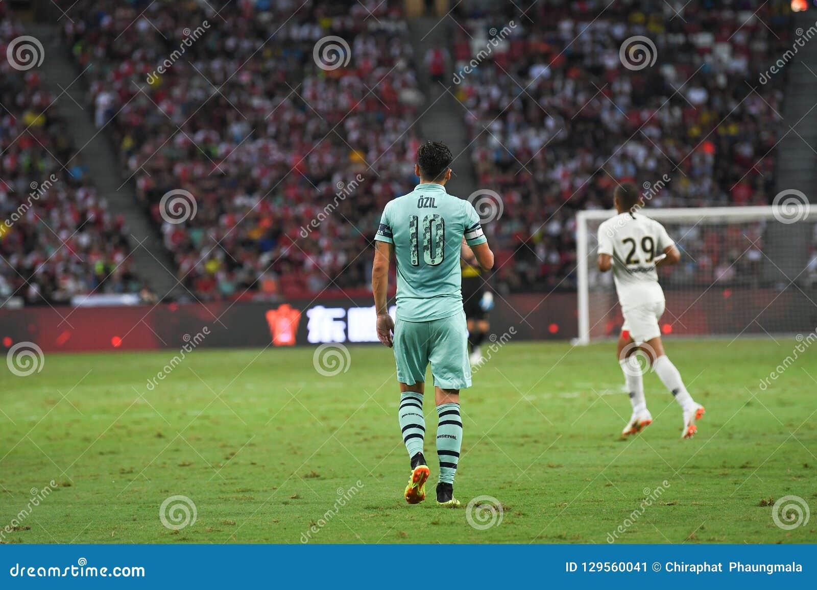 Kallang-Singapur 28 de julio de 2018: Jugador de Mesut Ozil #10 del arsenal adentro