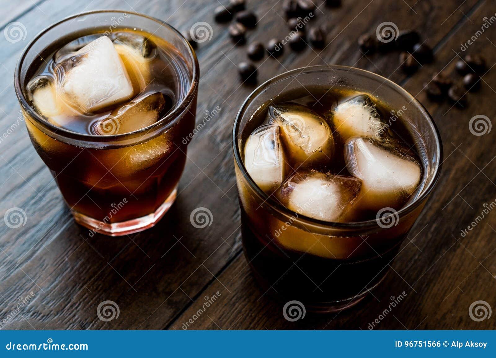 Kallt brygdkaffe med is eller med is kaffe