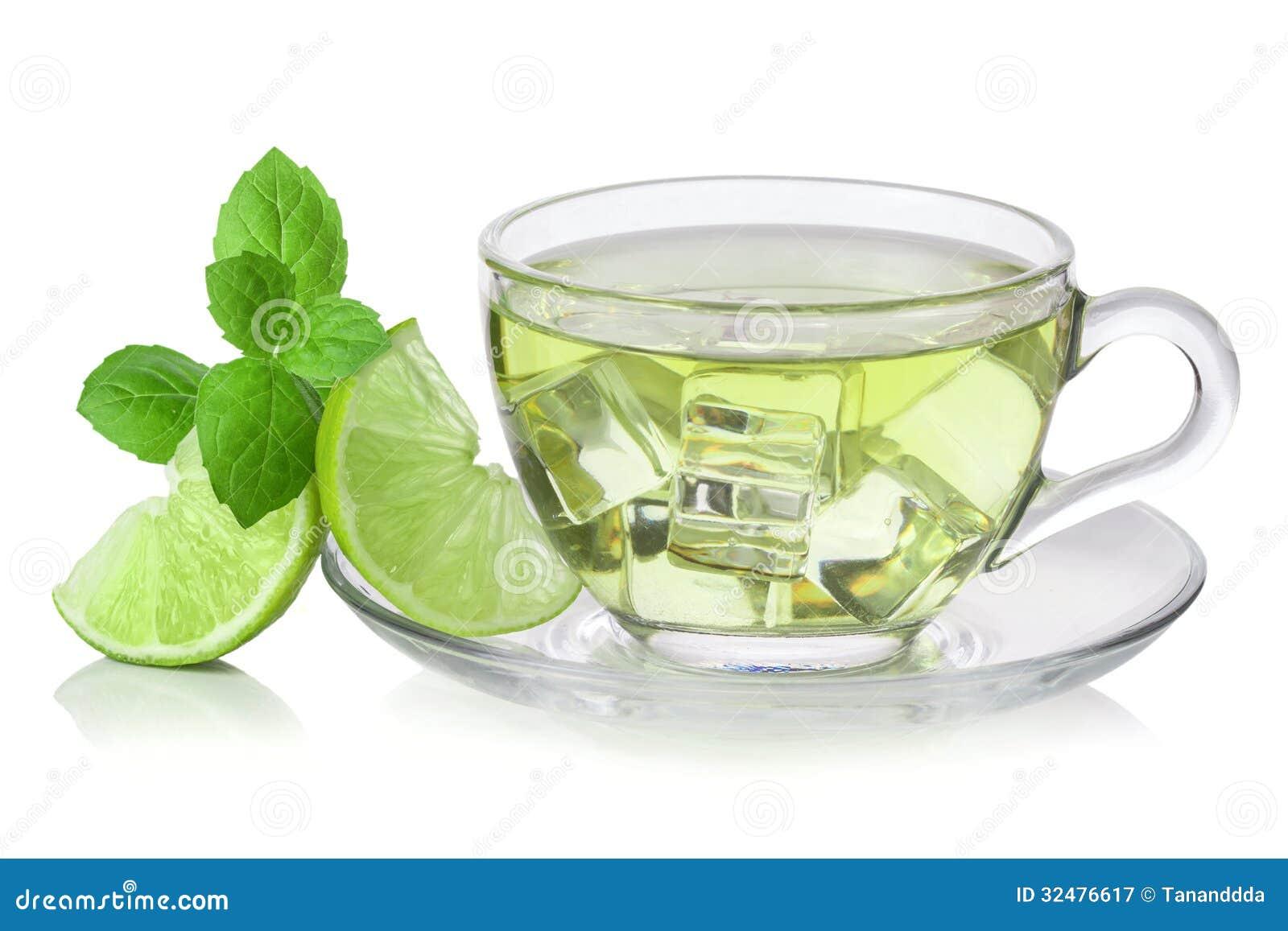 Kallt grönt te med iskuber, skivad limefrukt