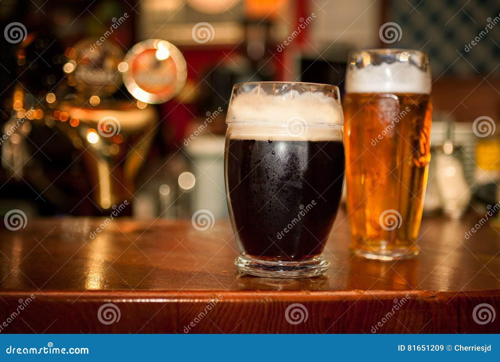 Kallt mörkt öl i exponeringsglas